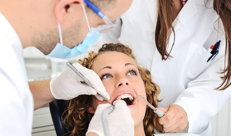 come fare la pulizia dei denti